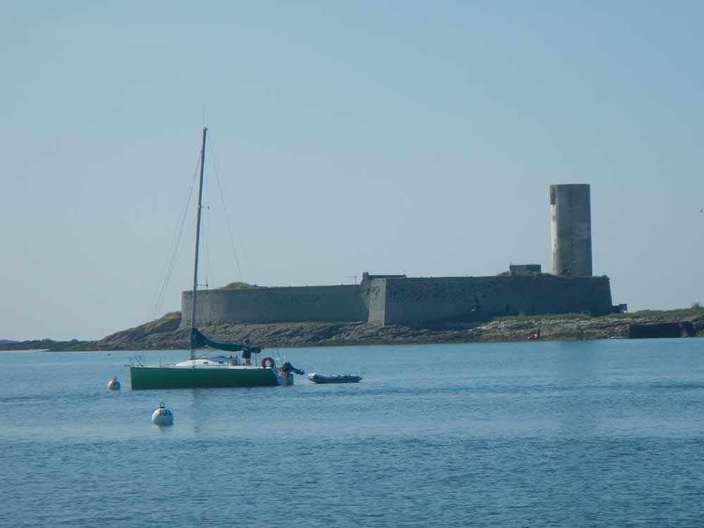 Fort Cigogne au mouillage dans l'archipel de Glénan