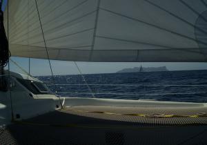 Catamaran Vaovao en navigation devant Santa Luzia